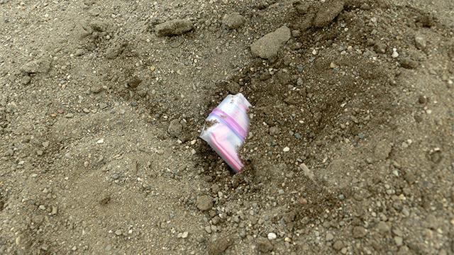 砂に埋まる電子機器