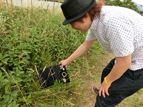 草むらをかき分ける。ノートPCの新しい使い方である