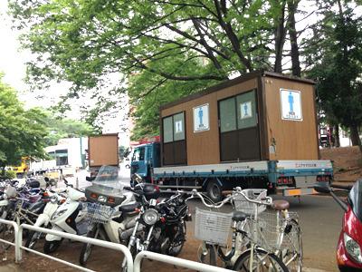 ソーセージを買いに行く途中、偶然駒沢公園のオクトーバーフェストのトイレ撤収のトラックとすれ違った。ありがとうオクトーバーフェスト! と見送った