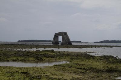 浅瀬なので橋の下に船が通れる水路がつくられているそうです