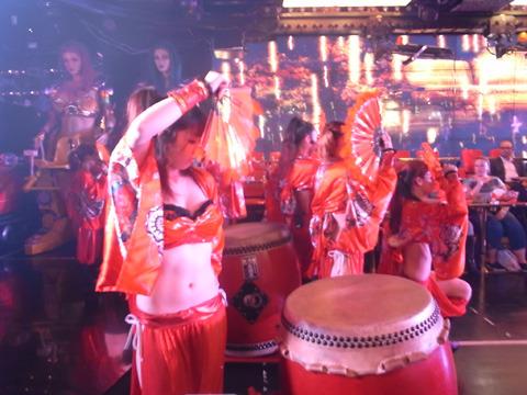 目の前でダンサーが和太鼓を叩いている