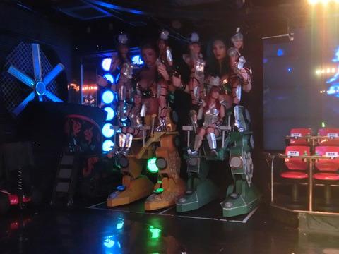 ROBOKOに乗る女性ダンサーたち