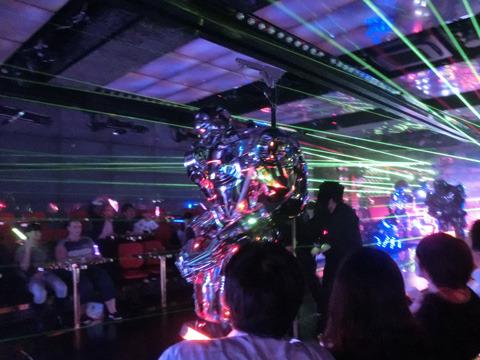 レーザービームと共に現れるロボット達