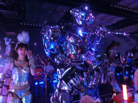 ロボットとダンサーがカンナムスタイルを踊る