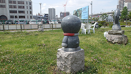 猫型ロボット。の石像。