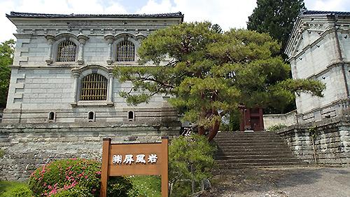 日本銀行ではない。石材店である。