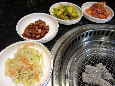 たっぷりのつきだし。新大久保の多くの韓国料理店では、韓国式で、チャージなし&おかわり自由で出て来ます。