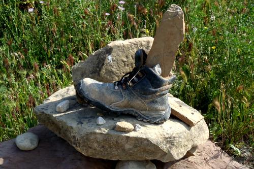 積み上げた石の上に乗せられ、足を模した石がつっこまれていたり