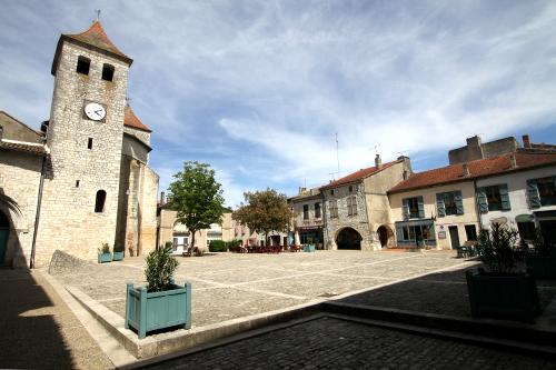 ロゼルトという村の広場。一見すると普通の石畳だが……