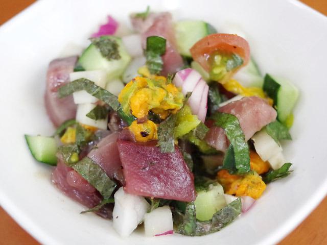 カツオ、カブ、キュウリ、シソ、紫タマネギ、トマト、そして茹でた花ズッキーニのサラダ。味付けはオリーブオイルと白ワインビネガーなど適当に。
