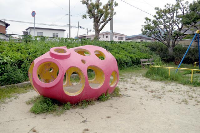 これまた意欲的な造形の遊具だ。なんだろうこれ。上のライド群から見るに、海産物シリーズの一環なのだろう。あれか、ナマコか。