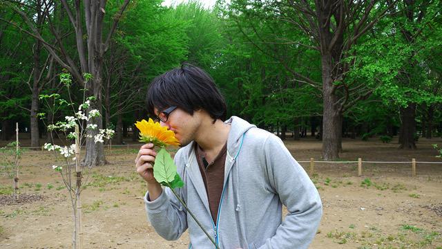 花の匂いをかいでいる