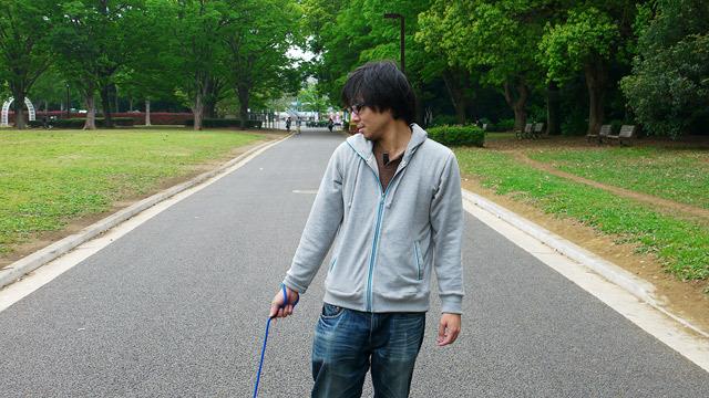 犬の散歩をしている