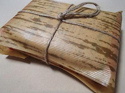 経木に見える紙で包まれた肉タオル。この状態で売られています。