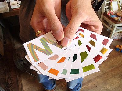 取材を申し込みに高柳さんに会いに行った際にこんな感じで名刺を出される。好きな色が選べます。