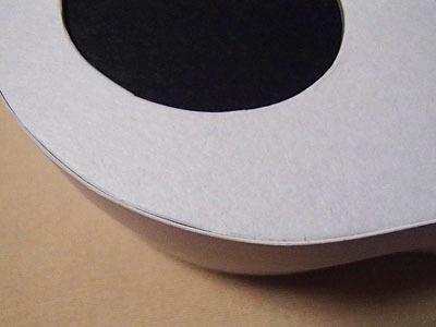 ガイコツのパッケージはわざと手書きの線の形状を活かして作られている。これにより側面の貼りつき具合が変わり、箱の形状が微妙にそれぞれ変わる。人の頭だから同じ形のガイコツは無いと言う考えからだとか。深いね。