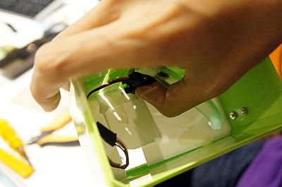 サーボごとケースの内側にくっつける