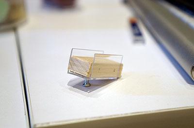 ケースの底にこういうのを仕込んだ。蓋が空いてもシャープペンが倒れない問題を解決するため、斜面にしたのだ