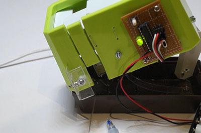 機械がグワッと開いて芯の破片を排出