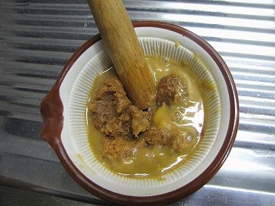 味噌と余ったウニをすり鉢で混ぜる。なぜか罪悪感を覚える。