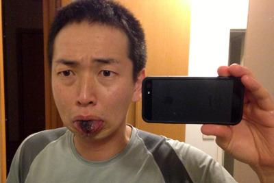 舐めた後、呪いのシミのように舌から黒が取れない。