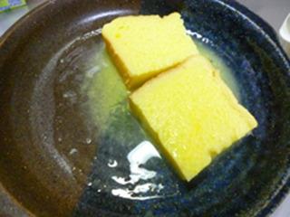 オレンジと卵でパンが真っ黄色に染まる