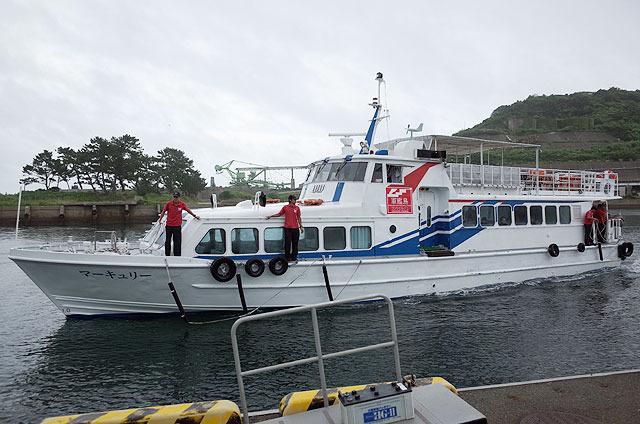 この船で軍艦島へ。