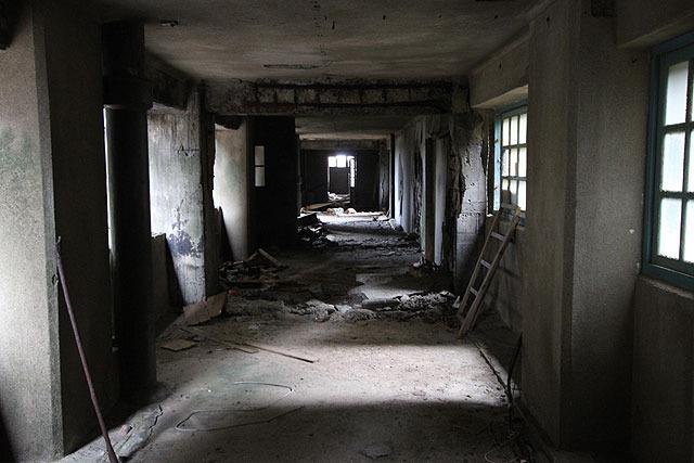 建物の内部にも入れる。