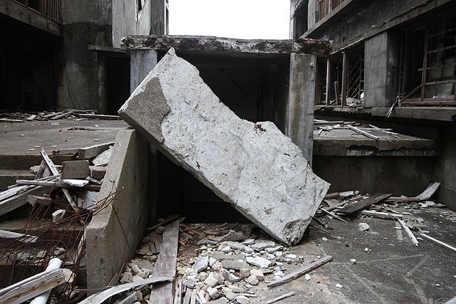 通路をふさぐコンクリート塊。動くかな?と思って押してみたが予想以上に重くビクともしなかった。