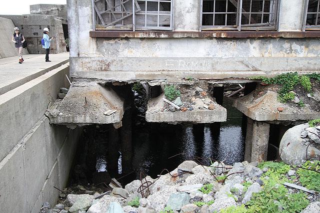 小中学校の下が浸食されてすっぽり無い!