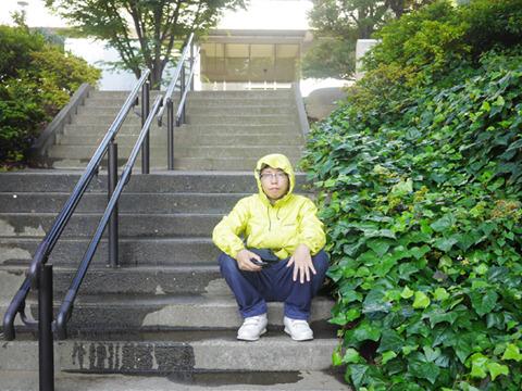 渋谷の公園のしげみにて。手だけさされて比較しよう