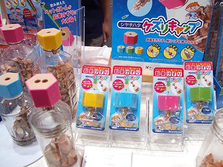 昨年のシヤチハタのヒット商品『ケズリキャップ』。新製品の二穴タイプも。