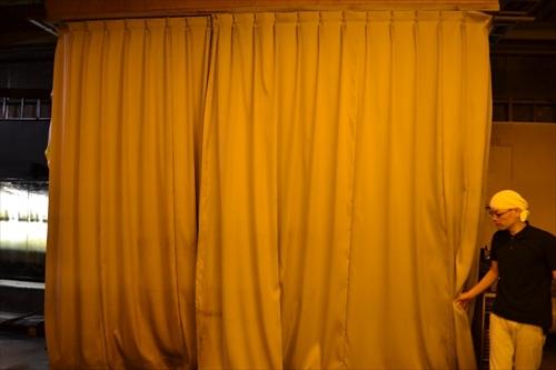 カーテンが閉められ、中で紫外線が照射されている