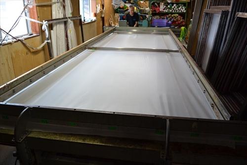 枠型にメッシュ状の布を貼る工程
