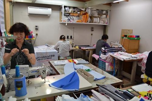 細かな縫製作業は女性が行なっている