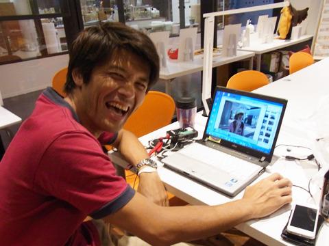 さっきの私の写真を見て大爆笑する安藤さん。憎たらしい