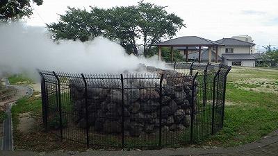 街の至る所で温泉が湧き、湯気が立ち上る。