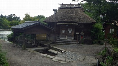 湖畔にたたずむ茅葺屋根は共同浴場。