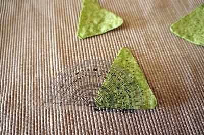 その両端の角は、すべて70度。3枚のチップスの形はすべて合同、短辺の両側の角が70度の二等辺三角形だ。