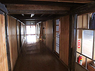 おばあちゃんちみたいな雰囲気の廊下。