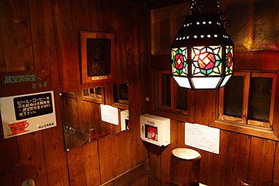 ステンドグラスのランプシェードが可愛い。そして中身はLEDだし、写真中央にはAEDの機械も写っている。よく見ればハイテクだらけだ。