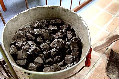 ダルマストーブの燃料はコークス。石炭を蒸し焼きにした物だそうな。