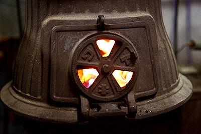 窓から赤い火が見える。昔は学校などで使われていたらしい。僕が小学生の頃はもう灯油ストーブでした。
