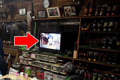 薪ストーブの正面には液晶テレビ。液晶テレビと薪ストーブ。このミスマッチ。