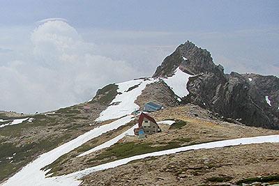 宝剣山荘はこんな場所に建ってます。奥の岩山が宝剣岳。ここで携帯繋がります。