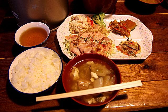 西穂高山荘の夕食。焼いた鶏肉になんか美味しいソースが掛かっていた。野菜も肉もたっぷりで栄養価が高い。