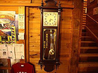 記念で寄贈されたらしい柱時計。