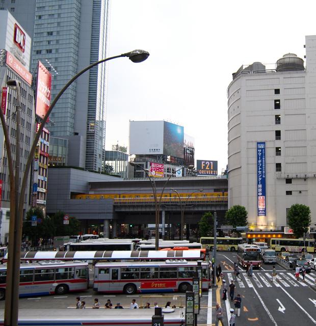 左の銀行も右の東急東横店もそのままで、意外に変わっていなかった渋谷駅のバスターミナル。街灯が40年モノなのに一番驚いた。