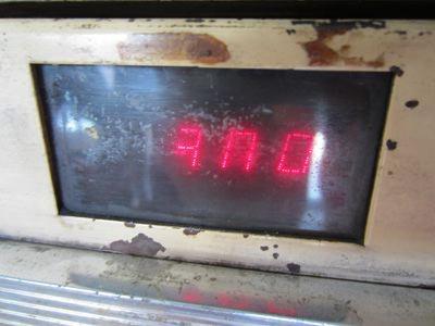 あっ、ニキシー管かな、これ(文字や数字を標示させる、古い方式の発光装置。なつかし自販機で、時々見られる)。