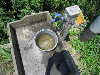 ちなみに、手を洗う場所は、こんな感じにワイルドです(建物前)。